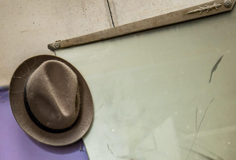 Penso col cappello marrone
